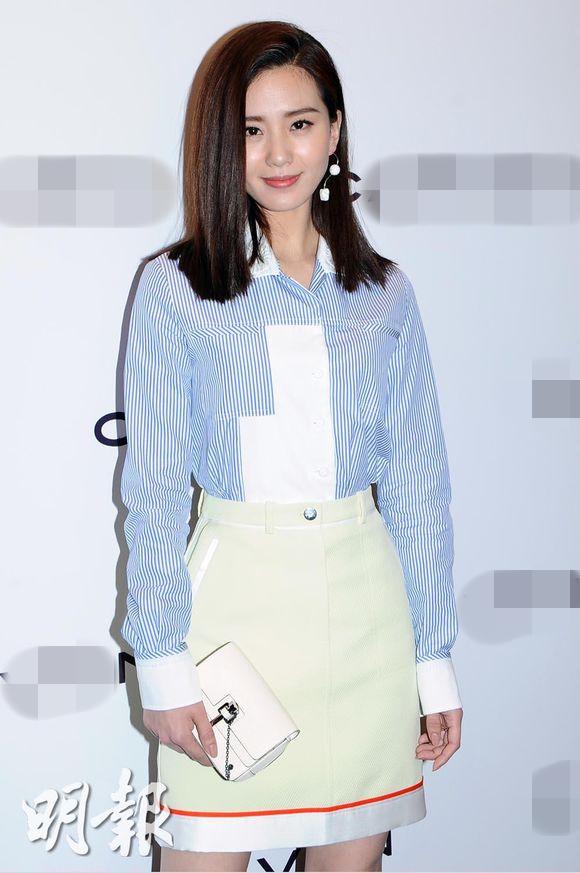 新浪娱乐讯 才刚过29岁生日的刘诗诗,获邀到香港出席某品牌活动,蓝色条纹衬衫搭鹅黄色短裙充满法式风情。