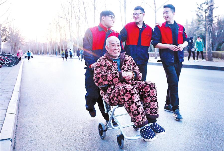 天气不错,赵德龙和两个好哥们带父亲去校园散步。记者张琮摄影   学业不可废家父不可弃