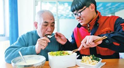 河南科技大学学生赵德龙 孝心男孩带父上学