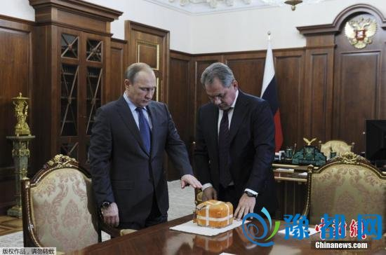 当地时间12月8日,俄罗斯莫斯科,俄罗斯国防部长绍伊古与普京举行会晤,并向普京展示和介绍被土耳其击落的苏-24战机的飞行数据记录器。 视频:土耳其副总理:相信伊拉克会改变立场 来源:央视新闻