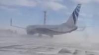 实拍俄737客机遭强风 原地自转180度惊呆乘客
