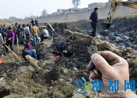 河南滑县卫河断流清淤现古物 引村民争相挖宝