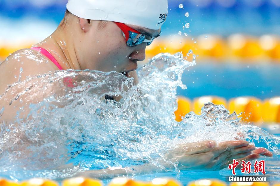 在女子200米蛙泳决赛中,来自江苏的史婧琳以2分22秒98摘得金牌。 中新社记者 富田 摄