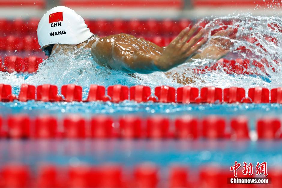 在男子200米混合泳决赛中,来自浙江的汪顺以1分57秒93摘得金牌。 中新社记者 富田 摄