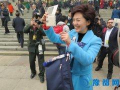 央视主播海霞人民大会堂前玩自拍 媒体争相拍照