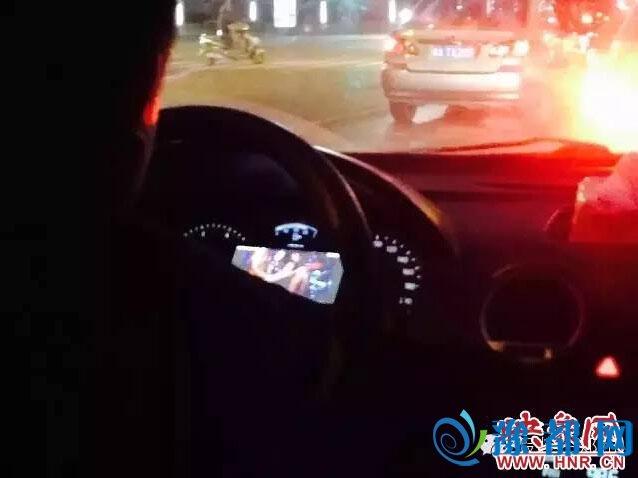 """郑州滴滴司机开车看""""动作片"""" 不顾乘客感受"""