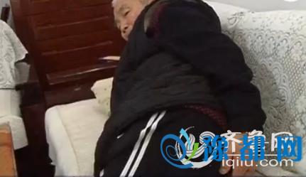 不能坐,站时间长了身体还累,所以只好半卧在沙发上,这就是袁本寿目前的状况。(视频截图)