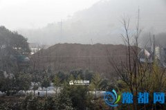 青岛一业主违法建房出奇招 堆3米高土墙打掩护