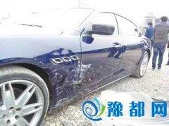 老年代步车撞豪车后续:被撞车主决定自己修车