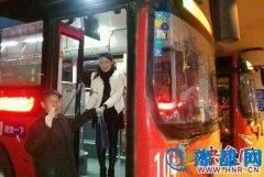 """郑州老人公交车上""""晨练"""" 每天坐同一位置"""