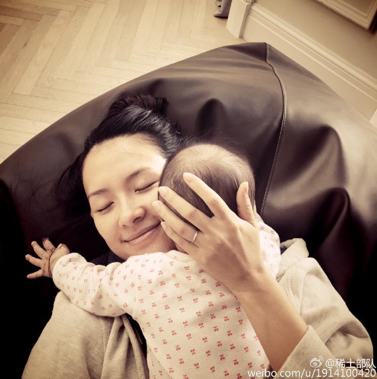 """4月29日,章子怡在微博中晒出自己抱着女儿醒醒的照片,并在微博写道:""""这就是我想要的,她流我一脸口水又如何"""",照片中章子怡满脸幸福。 图片来源:章子怡认证微博"""