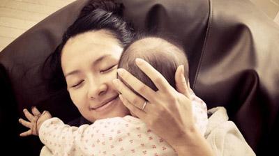 章子怡晒与女儿玩耍照 被小醒醒流了一脸口水