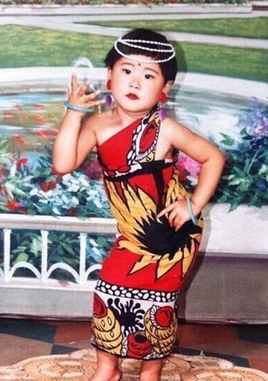 从小就有这么婀娜的身姿,确定不是裹了一条妈妈的围巾。