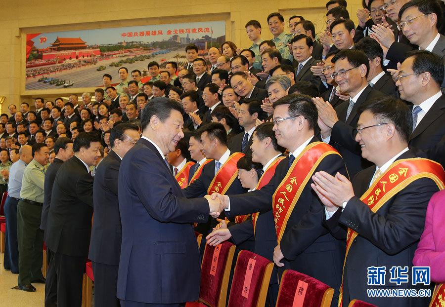 5月13日,党和国家领导人习近平、李克强、刘云山、张高丽等在北京会见第七次全国人民防空会议代表。 新华社记者 李刚 摄