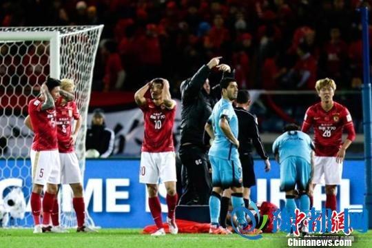 中新网北京12月18日电 (记者 王牧青) 0-3,广州恒大败在无梅西、无内马尔的巴萨脚下,过程平稳,结果正常。对比2年前,同样是世俱杯决赛3球不敌拜仁,恒大的表现略有进步,但背后的差距却显而易见,国内球员的佼佼者对比世界顶级选手,有太多值得总结。