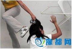 女生被群殴下跪嘴巴被捅黄瓜