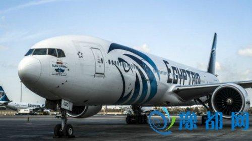 """他表示,这架空客A320在从雷达显示屏上消失之前,航行高度为2万5千英尺,从""""向左转向90度,以及向右转向360度。之后急降超过7620米。"""""""