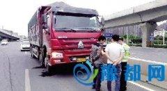 郑州交警24小时高架上查违法 发现一起处罚一起