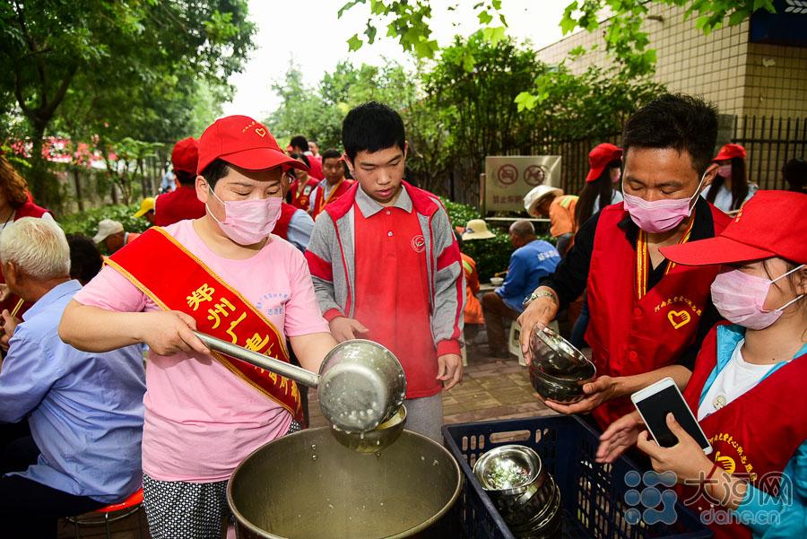 """记者还了解到,广电南路免费爱心粥屋成立于2013年11月,每天清晨,都有一二百人来用餐,最多时达到250人以上。创办人蒋爱荣说:""""来吃饭,就说明他需要帮助,我们不会去甄别对方身份,来的人主要是环卫工、农民工、流浪乞讨人员,还有一些生活自理能力差的老人""""。"""
