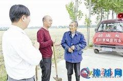 驿城区胡庙乡工作人员向村民宣传秸秆禁烧政策
