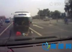 北京:面包车里掉出仨孩子 吓呆后车司机(图)