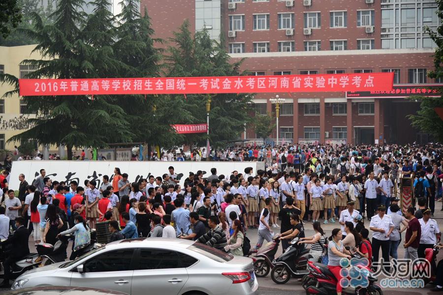 6月7日,2016年高考拉开帷幕。今年,河南82万学子走进考场同场竞技,向心中的大学梦发起冲刺。