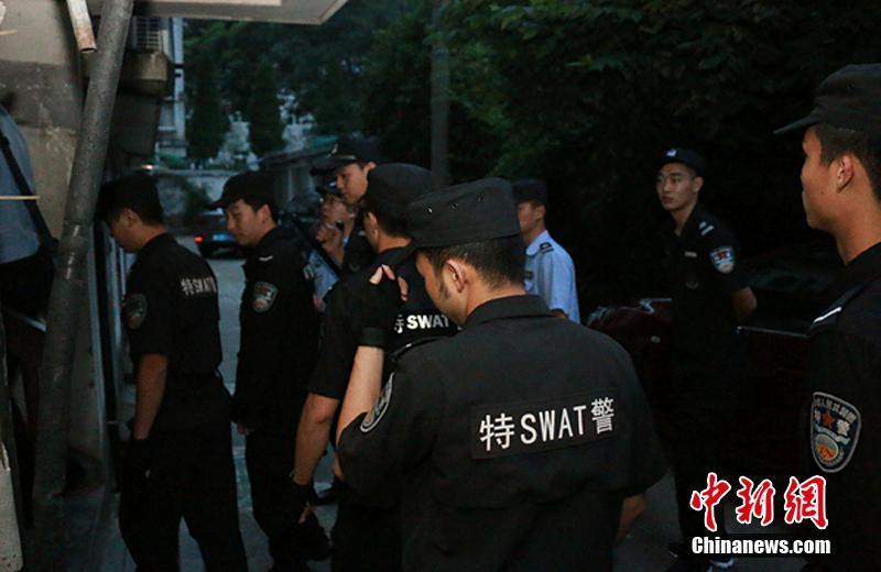 """记者从浙江省长兴县公安局获悉,针对前期专案侦查的""""1040""""传销组织团伙,长兴县公安局于6月6日凌晨4时30分出动了300名警力,联合多部门对该传销团伙进行集中收网。徐斌翔 摄"""