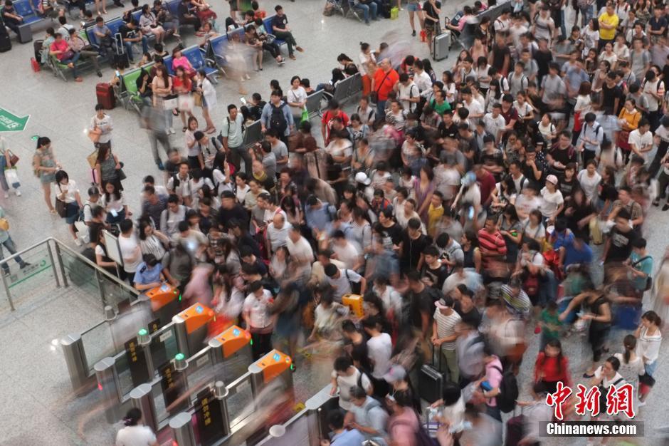 6月8日,旅客在高铁杭州东站候车。当日,随着端午节小长假的到来,中国各地的火车站、汽车站等交通窗口迎来短途出行高峰。 中新社记者 泱波 摄