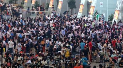 中国各地迎来端午小长假出行客流高峰