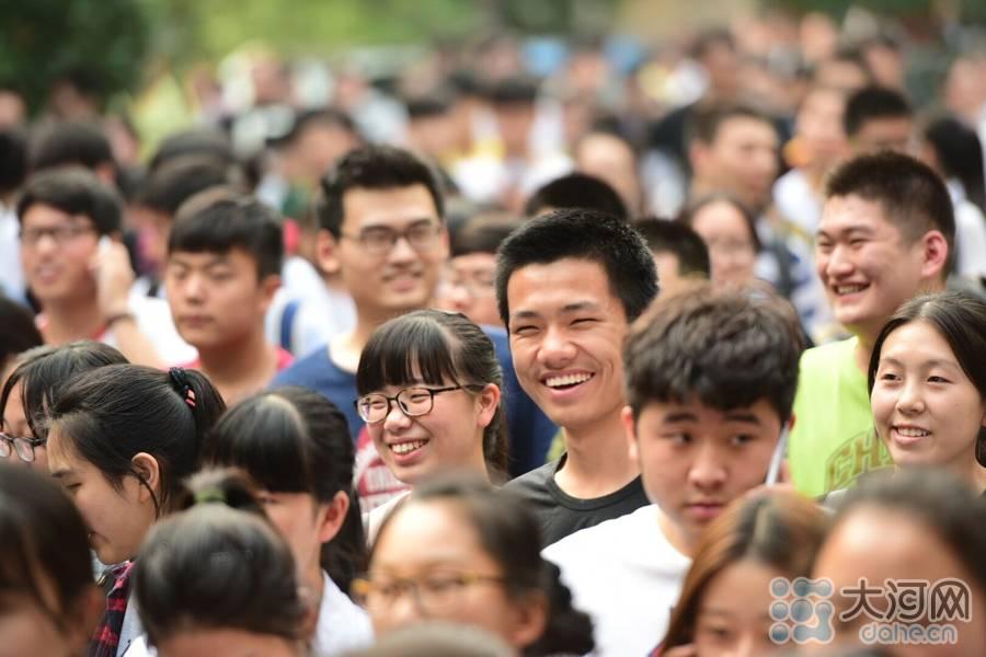 走出考场的考生脸上洋溢着灿烂的笑容。