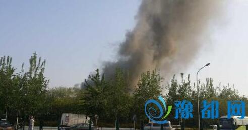 北京丰台市场发生火灾 黑云冲天
