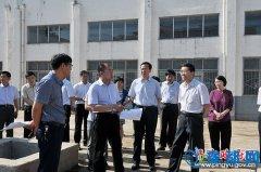 县委书记张怀德就重点城建项目进行现场办公