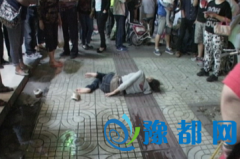 女子吸毒起幻觉 睡在道路上被冻得发抖