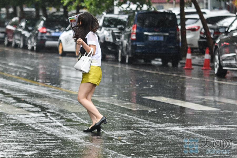 风雨中花容失色的女孩。