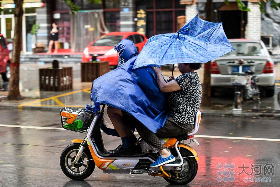 狂风中的骑行者。