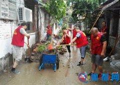 雨中坚持劳动的志愿者