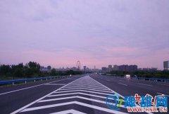 郑州机场高速全线建成通车 7座以上客车禁行解除