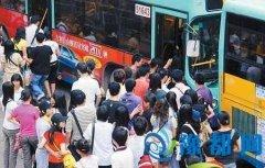 网曝成都公交车门被挤爆 玻璃都给挤碎了