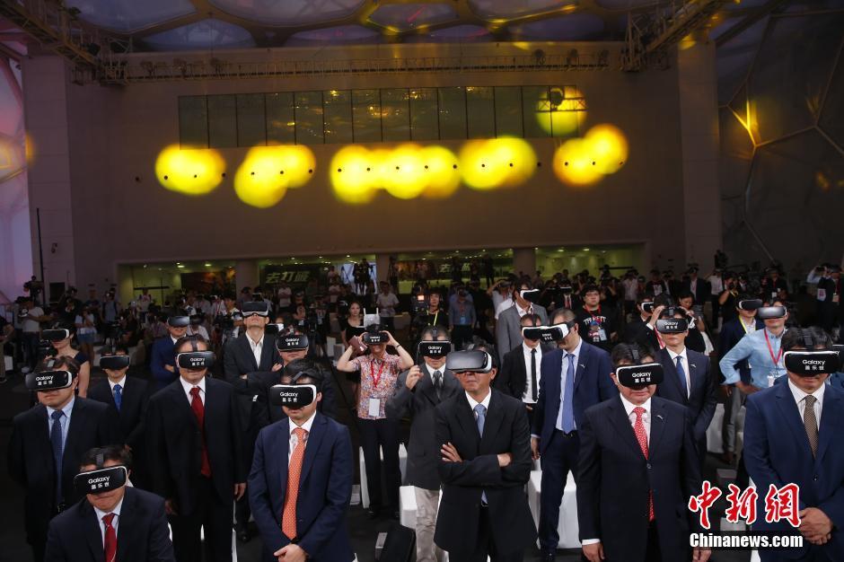 6月29日,中国体育代表团2016里约奥运会装备发布仪式在北京举行,图为在场嘉宾用VR观看冠军龙服发布。 中新社记者 张浩 摄
