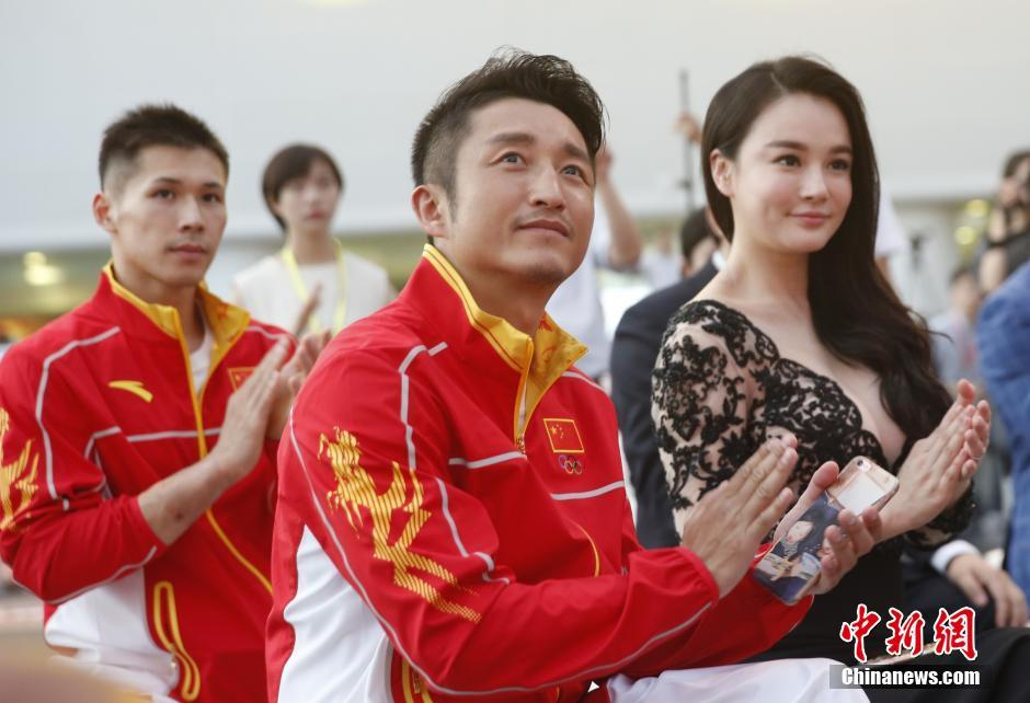 6月29日,中国体育代表团2016里约奥运会装备发布仪式在北京举行,图为邹市明携妻出席活动。 中新社记者 张浩 摄
