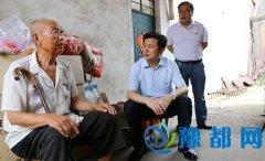 闫廷瑞在慰问新华区困难老党员时强调