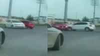 实拍俩女司机开车斗气当街互撞 上演真实版碰碰车
