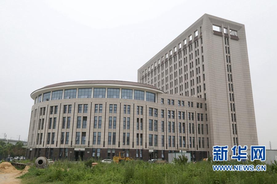 7月1日,这栋建筑远远看去犹如一座巨型的马桶。