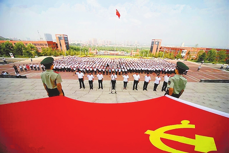 """林州市举行纪念中国共产党建党95周年暨""""七一""""表彰大会。李俊生摄"""