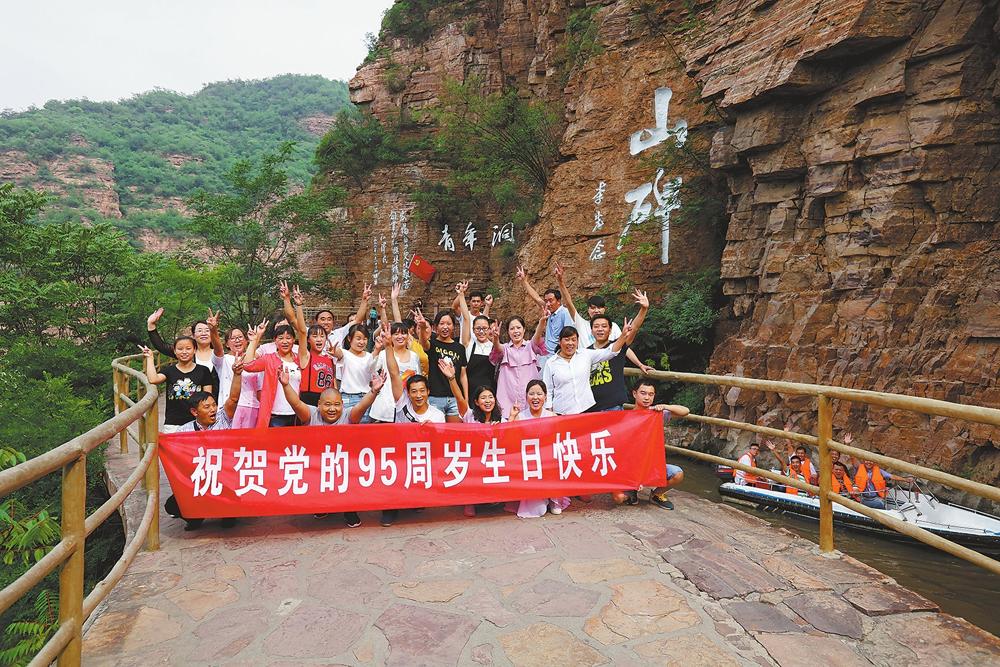 6月20日,林州市任村镇、姚村镇50余名党员重走红旗渠,感悟红旗渠精神。李俊生摄