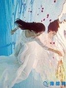 新加坡歌手曾雨轩拍摄水下写真展露仙女身姿