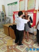 县国税局驻村工作队为石桥乡成陈村贫困户捐赠衣物(图)