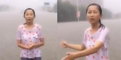 新乡女记者冒暴雨播报新闻 全身湿透积水齐腰深
