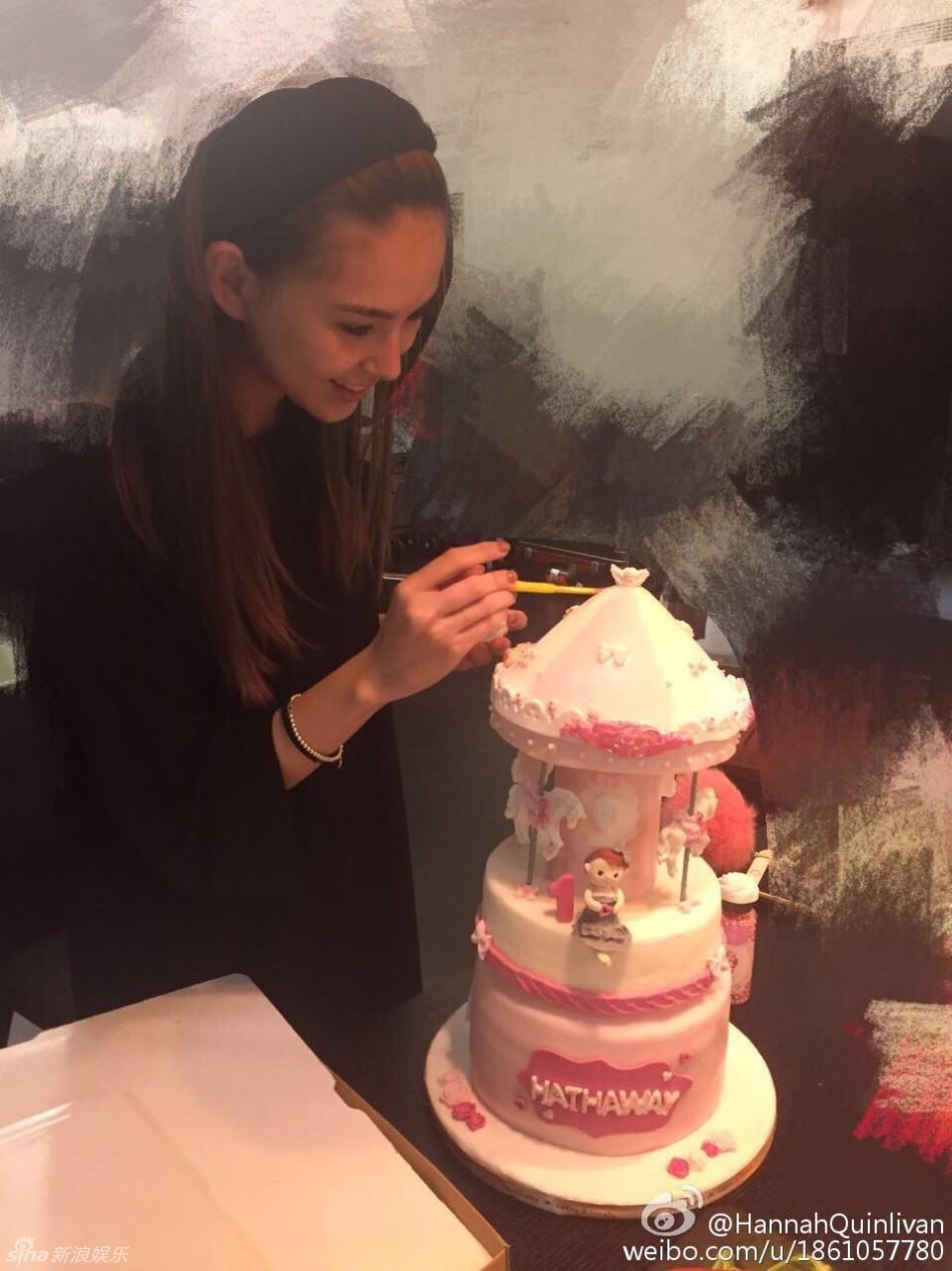 据台湾媒体7月8日报道,因台风来袭,贵为天王周杰伦(周董)妻子的昆凌,透露利用了这天时间忙做女儿Hathaway的周岁生日蛋糕。