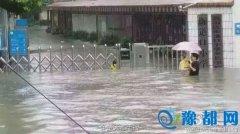 南方多地遇暴雨 武汉城区部分施工路段出现渍水